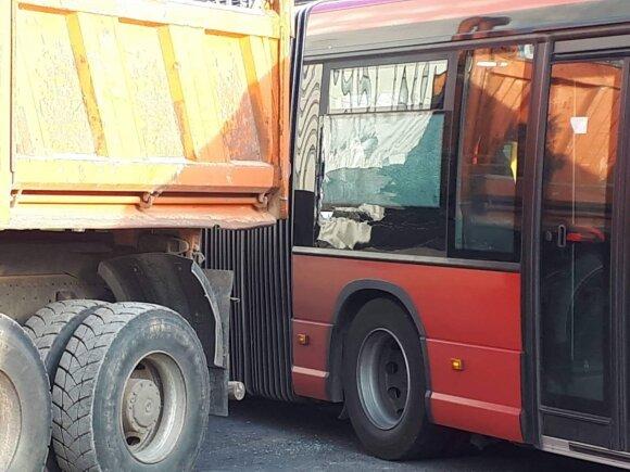 Vilniuje susidūrė sunkvežimis ir maršrutinis autobusas, vairuotojai kaltės neprisiėmė