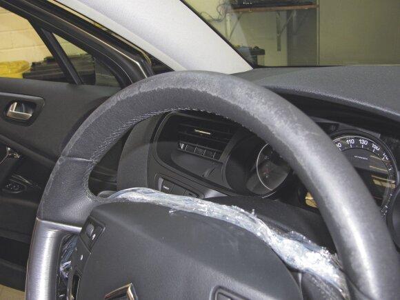 """Pastaruoju metu automobilių gamintojai naudoja vis prastesnės kokybės odą, o vėliau dėl per greito jos susidėvėjimo kaltina rankų priežiūros priemones. Taip bandė gintis ir """"Citroën"""""""