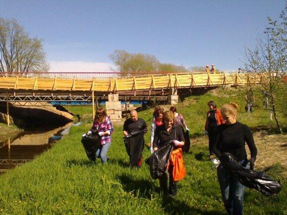 """Prekybos įmonių aljanso """"AIBĖ"""" darbuotojai tvarko Siesarties upelio pakrantę ties Šakiais"""