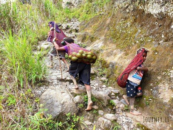 Į kelionę po egzotiškas gentis leidęsis lietuvis papasakojo, kodėl vietiniai nuogus kūnus tepasi kiaulių taukais ir drožinėja strėles žmonėms