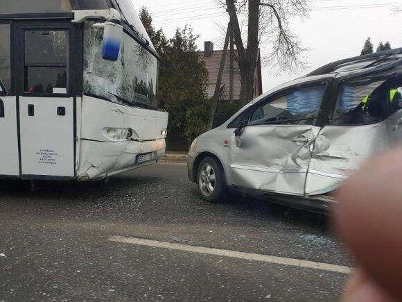 Panevėžio rajone susidūrė autobusas ir lengvasis automobilis