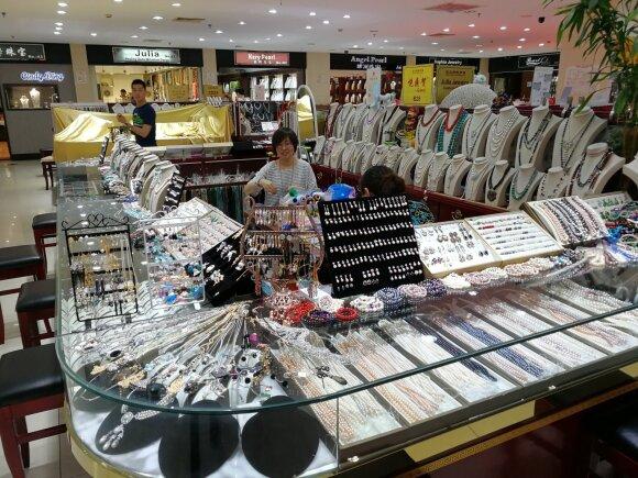 Požeminis Šanchajaus padirbinių turgus: lietuviai čia gali pasijausti turtuoliais