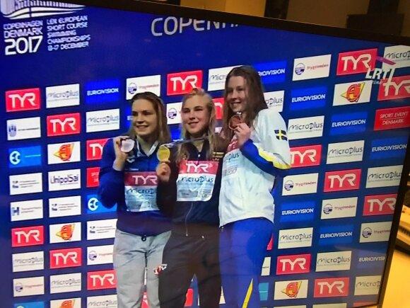 Rūta Meilutytė ant apdovanojimų pakylos