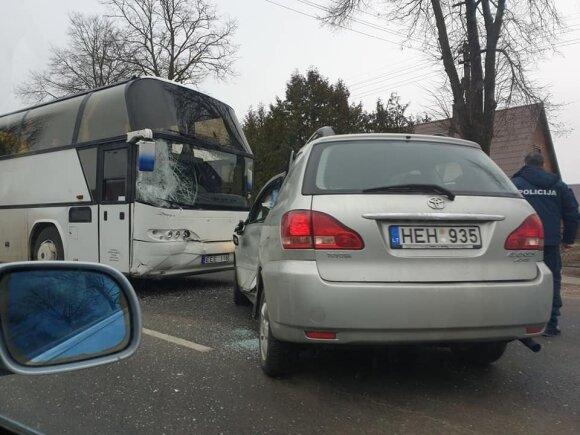 В Паневежском районе столкнулись автомобиль и автобус