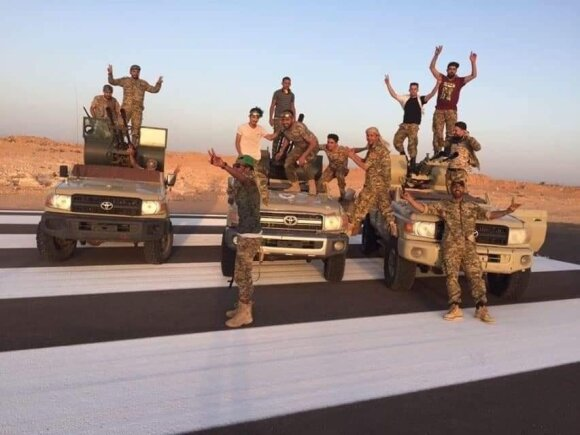 Nacionalinei santarvės vyriausybei ištikimi kariai švenčia pergalę prieš Khalifa Haftaro pajėgas Tarhunoje