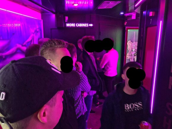 """Išskirtinis reportažas iš Raudonųjų žibintų kvartalo: vitrinose stovinčios prostitutės – tik """"gėlytės"""""""