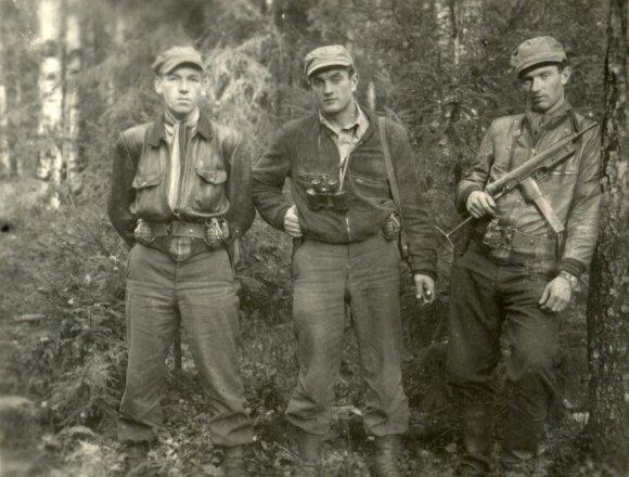 Iš Vakarų grįžę desantininkai (iš kairės) Klemensas Širvys-Sakalas, Juozas Lukša-Daumantas, Benediktas Trumpys-Rytis. Kazlų Rūdos miškas, 1950 m. spalis. (Genocido aukų muziejaus nuotr.)