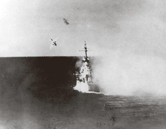 Japonų pilotas pikiruoja į priešo laivą