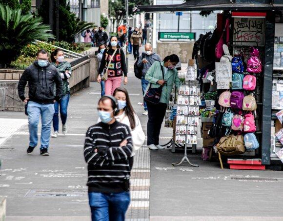 Neištvėrusios ekonominių pasekmių šalys nutraukia karantiną anksčiau: gresia koronaviruso sugrįžimas