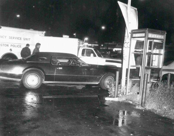 Nužudyto Masačiusetso baro savininko Eddie Connorso kūnas taksofono būdelėje po užpuolimo