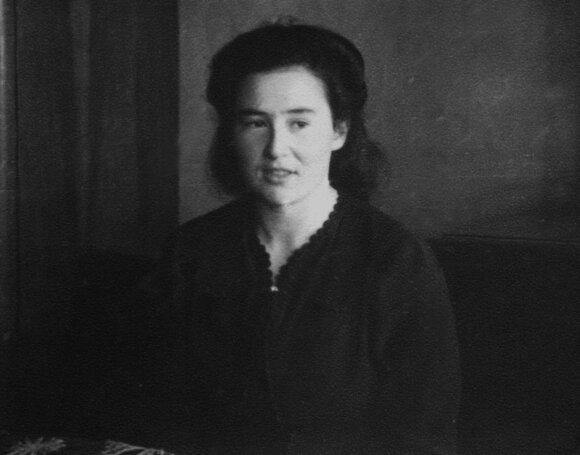 """Cipora Zimanaitė-""""Stasė"""", Bagdanavičių šeimai palikusi raštelį hebrajų kalba. Kitoje nuotraukos pusėje užrašyta """"Stasė–Aldonai 1945 02 18""""."""