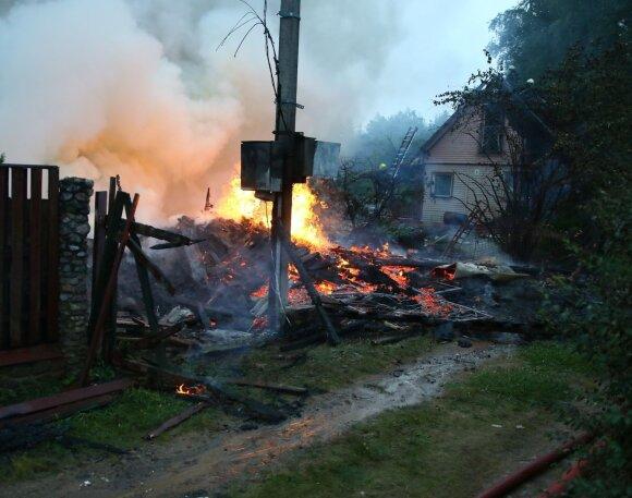 В Вильнюсском районе взорвалась хозпостройка, загорелся дом