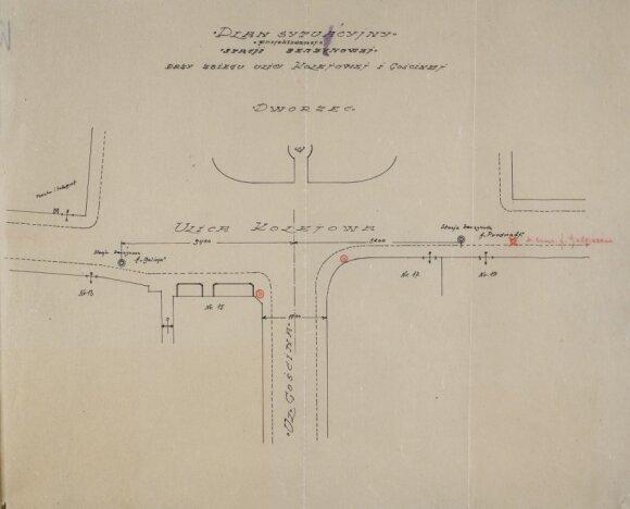 Prie Šamuelio Galperino prašymo leisti statyti benzino kolonėlę aikštėje priešais Geležinkelio stotį pridėtas aikštės planas. Raudoni maži apskritimai nurodo pageidaujamą kolonėlei statyti vietą. 1928 metai.