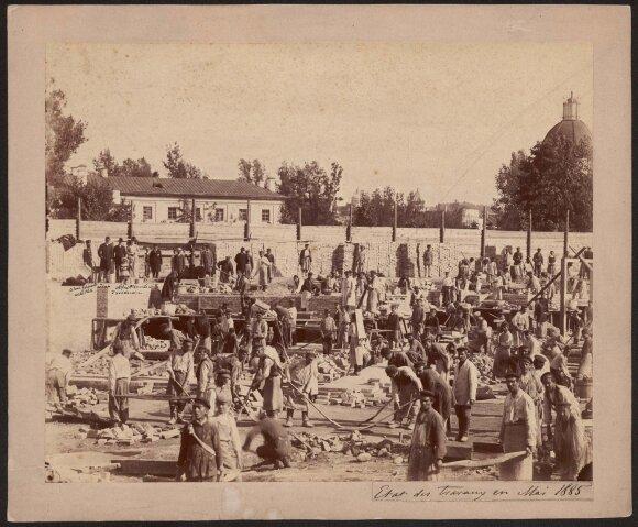 1885 m. gegužę darytoje Juozapo Čechavičiaus nuotraukoje – Klementinos Tiškevičienės rūmų statyba