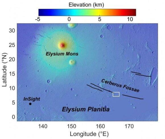 Elysium Planitia, neseniai vykusio sprogaus vulkanizmo regionas (baltas plotas) ir NASA InSight planeteigis. Matoma Elysium Mons, ugnikalnis, nuo pagrindo iškilęs beveik 13 kilometrų.NASA/MOLA Science Team nuotr.