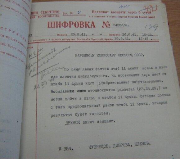 """Pirmosiomis karo dienomis kilusį chaosą iliustruoja 1941 m. birželio 26 d. Vakarų fronto (buvusios Pabaltijo YKA) vadovybės šifruotė Stalinui apie Lietuvoje dingusią armiją , leidyklos """"Briedis"""" nuotr."""
