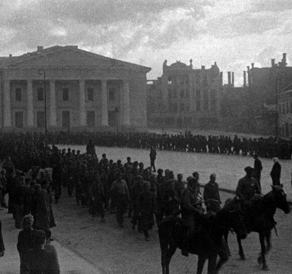 Liepos 13 d. popietė Rotušės aikštėje. Vilniečiams demonstruojama belaisvių kolona.