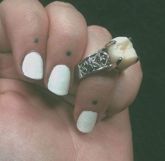 Sužadėtuvių žiedas iš protinio danties