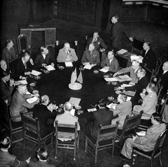 Didžiojo trejeto (SSRS, JAV ir Didžiosios Britanijos vyriausybių vadovų) susitikimas Potsdamo konferencijoje. Tolimesnėje eilėje centre sėdi Didžiosios Britanijos premjeras Winstonas Churchillis, antras į dešinę nuo jo - SSRS užsienio reikalų komisaras Vi