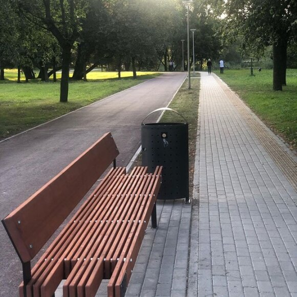 Nesusipratimas Klaipėdoje: inovatyvius dviračių stovus užblokavo šiukšlinės