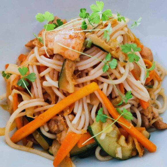 Azijos įkvėpti ryžių makaronai su vištiena ir daržovėmis