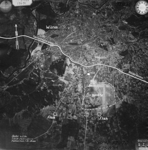 Vilniaus aerodromo aeronuotrauka, padaryta vokiečių žvalgybos lėktuvo. Aeronuotraukoje pažymėtas aerodromas ir dvi priešlėktuvinės baterijos, galima įžvelgti aerodrome išrikiuotus lėktuvus. 1941 m. birželio 22 d. Orientyrai: pažymėti šiuolaikiniai objekta
