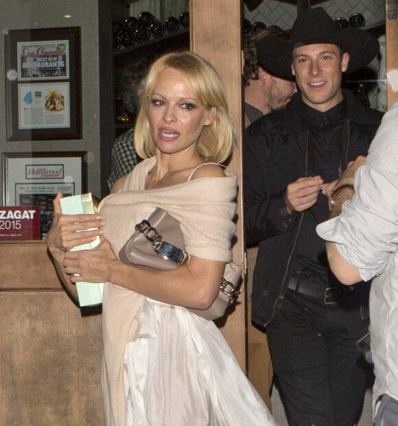 Pamela Anderson su nepažįstamu vaikinu