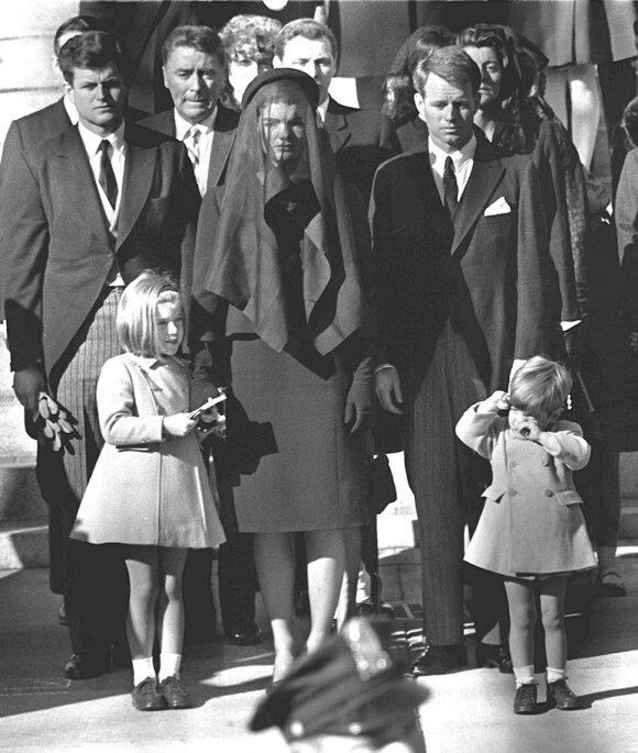 Jaqueline Kennedy su vaikais laidotuvėse
