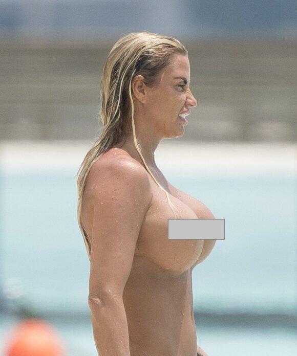 """8-tą kartą krūtis <span style=""""color: #c00000;"""">pasididinusi Katie Price</span> nepasikuklino - parodė viską, ką turi"""
