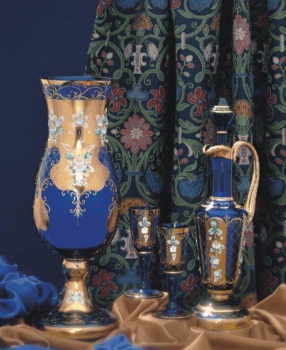 Arabų estetikai pritaikyti stiklo dirbiniai, ištapyti aukso spalvos arabeskomis
