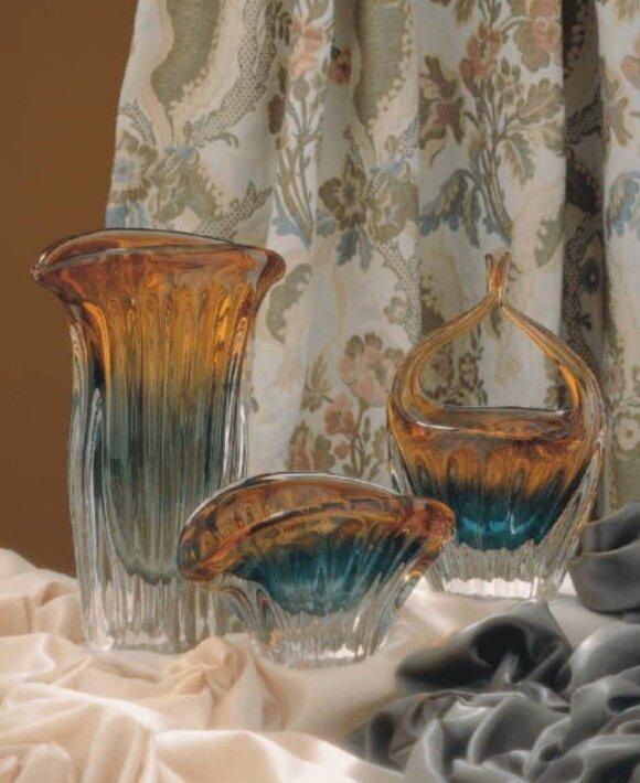 Vazos, išformuotos stiklo pūtiku, spalvų kombinacijos išgautos gamybos proceso metu lipdant skirtingų spalvų stiklo mases