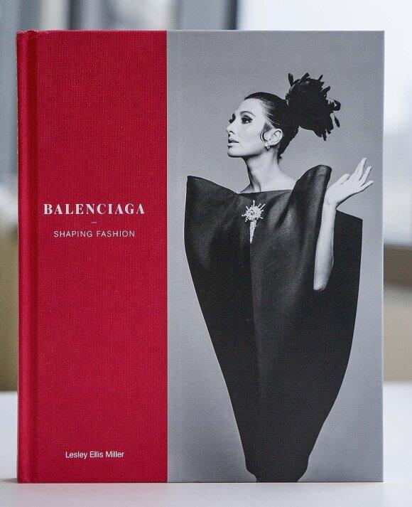"""Specialiai parodai """"Balenciaga: įtaka madai"""" išleistos knygos viršelį puošia legendinė suknelė vokas. Ji eksponuojama ir parodoje Londone, Viktorijos ir Alberto muziejuje."""
