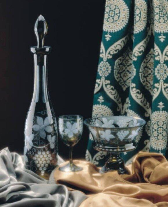 Graviruoti tamsiai žalio stiklo indai - Egermann pagrindinis fabrikas pasaulyje naudojantis stiklo puošybai žalią spalvą