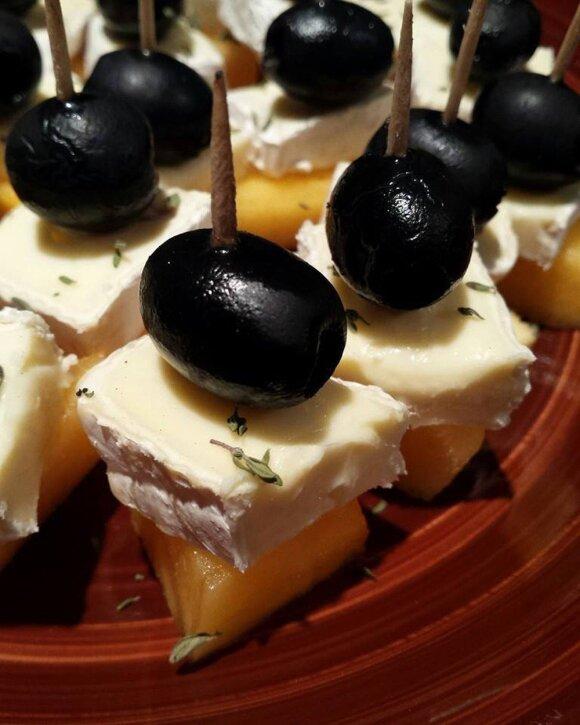 Kąsneliai su brie sūriu ir persimonu