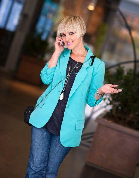 Radikalūs stiliaus pokyčiai: kaip brunetė virto trumpaplauke blondine
