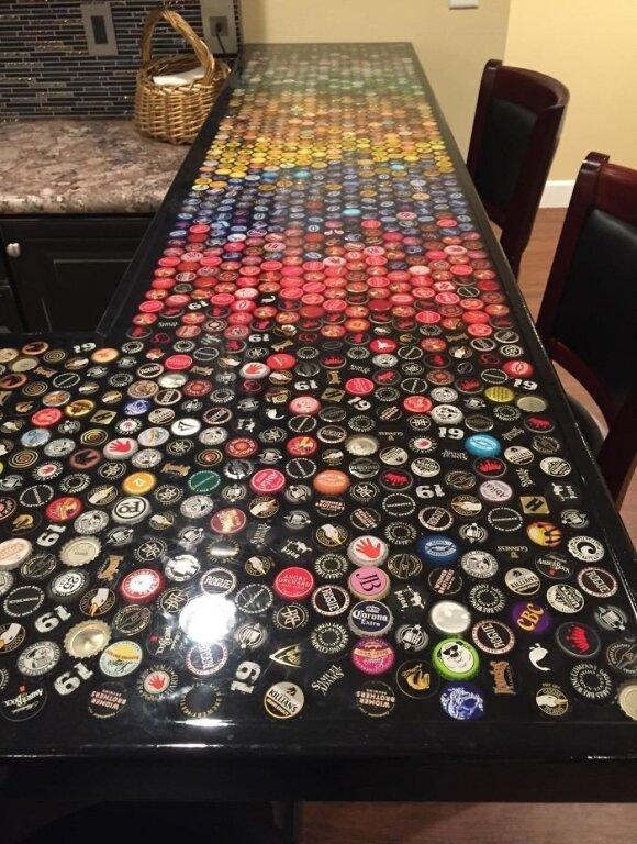 """<span style=""""color: #ff7f00;"""">Darau pats:</span> baro stalas puoštas 5 metus rinktais alaus kamšteliais"""