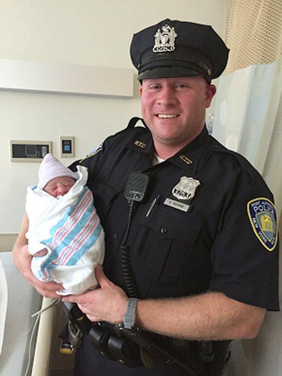 """Žaibiškas gimdymas: į ligoninę nespėjo <sup style=""""color: #ff0000;"""">(FOTO)</sup>"""