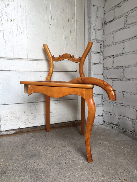 Šios kėdės kojas Paulina panaudojo spintelės gamybai