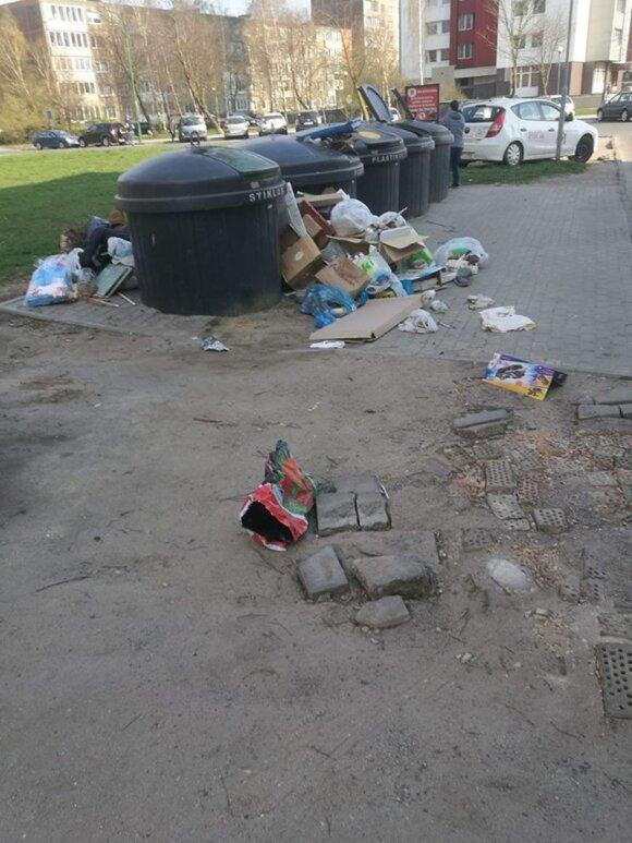 Netvarka prie konteinerių klaipėdiečius verčia griebtis už galvos: tokios gatvės mūsų nepuošia