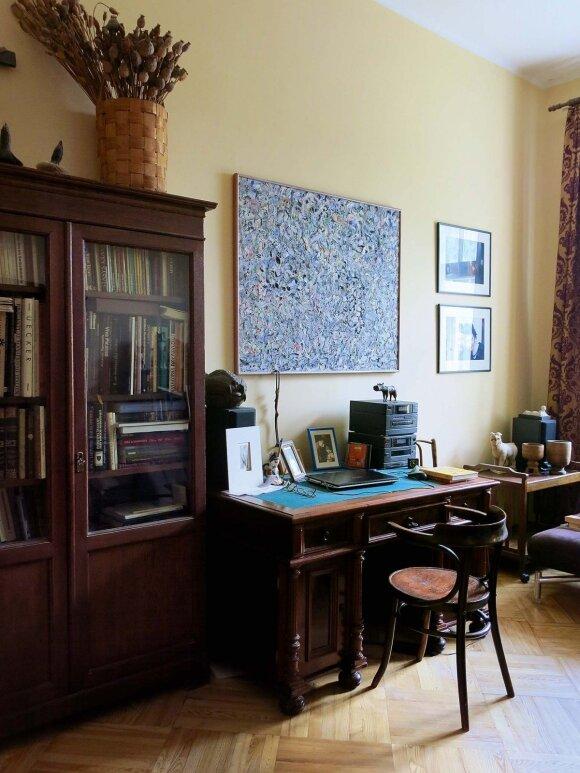 Kompiuteris ir dar kelios detalės išduoda, kad darbo kambarys priklauso šiuolaikiškiems žmonėms