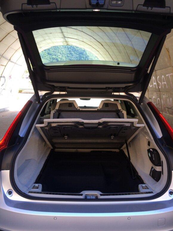 """""""Volvo V90"""" bagažinės dugno dangalas pakeliamas su hidraulikos pagalba"""