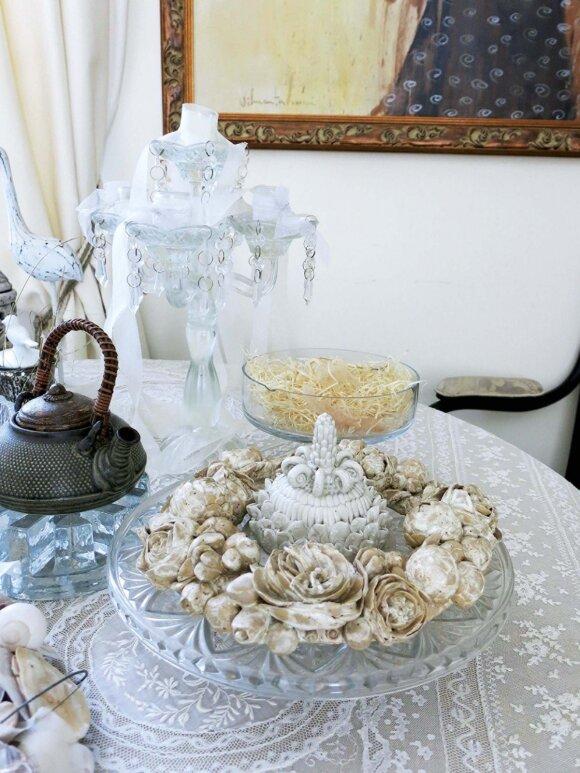 Ąžuolinį stalą dengia paveldėta močiutės Uršulės nėriniuota staltiesė