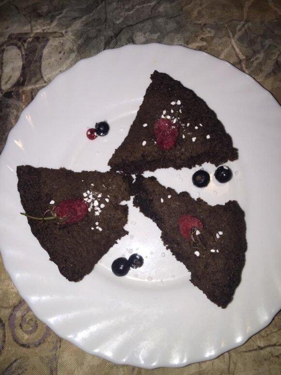 Kakavos pyragas su avietėmis ir serbentais