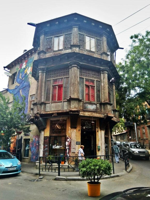 Net ir varganuose pastatuose įsikūrusios vietinės parduotuvės ar gyventojai