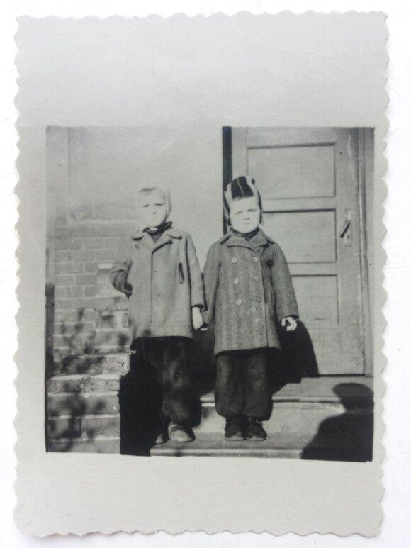 Knygos herojai (Romas dešinėje)