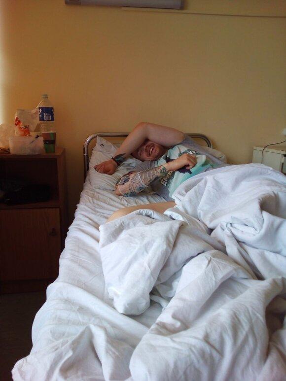 Įkvepianti istorija: nepaisant daktarų perspėjimų, neįgalus vaikinas siekia savo tikslų