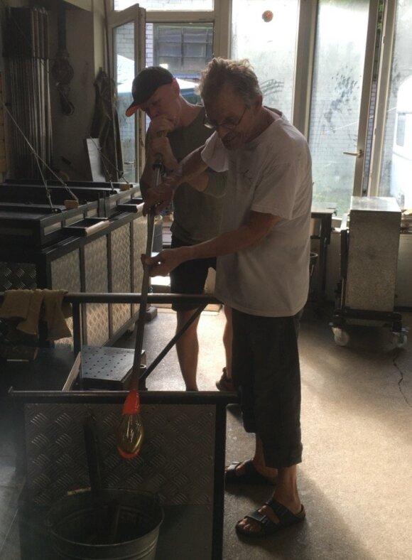Mindaugas Gapševičius ir Mark Eckstrand pučia stiklo objektus parodai