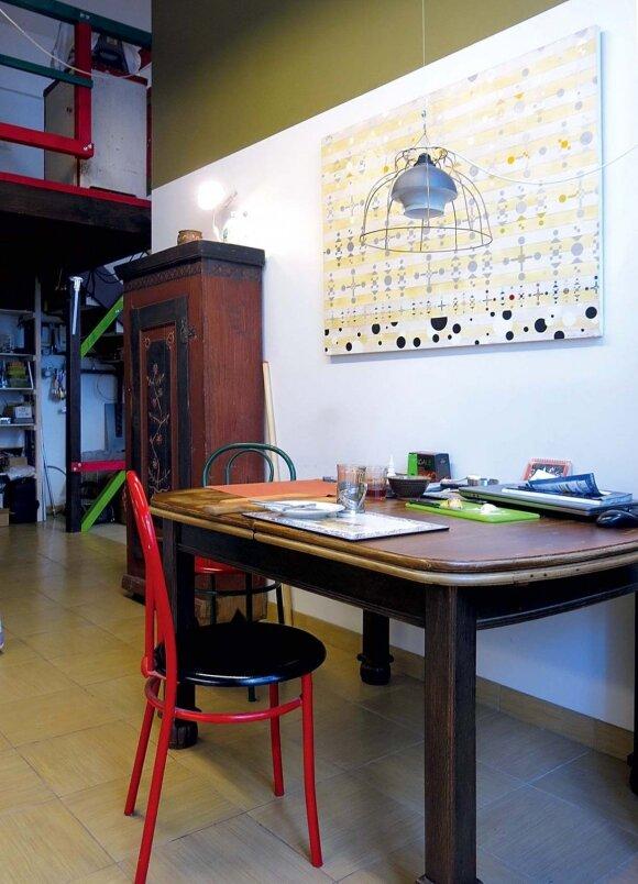 Senas restauruotas stalas – namų traukos centras. Virš jo kabo Andriaus antram gyvenimui prikeltas šviestuvas su iš vielos išlankstytu karkasu