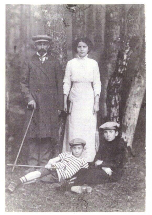 Zinaida Kukliansky su tėvu ir broliukais