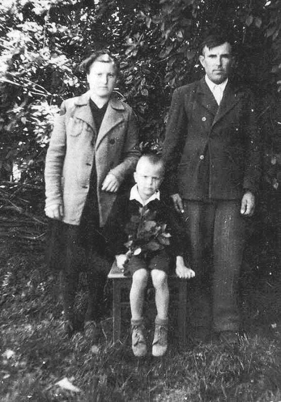 Tremtyje Sibire. Marijona su vyru Marcelinu ir mažuoju tremtiniu pusbroliu Rimantuku.